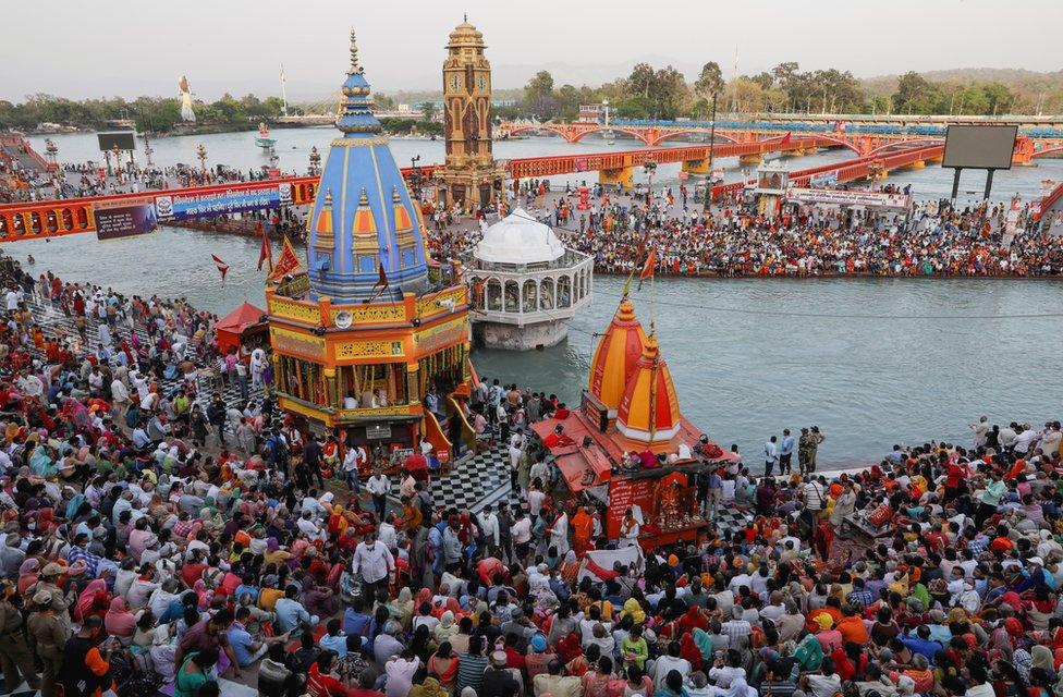 大批印度教徒在北阿坎德邦赫爾德瓦爾鎮參與大壺節聖浴(13/4/2021)