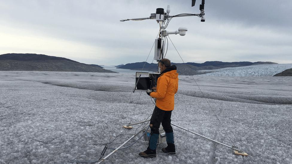 Jason Box, del Servicio Geológico de Dinamarca, realiza investigaciones sobre el glaciar Sermilik.