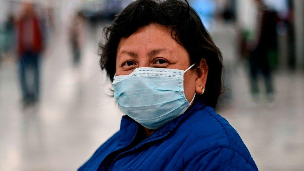 Mujer en el aeropuerto de Ciudad de México