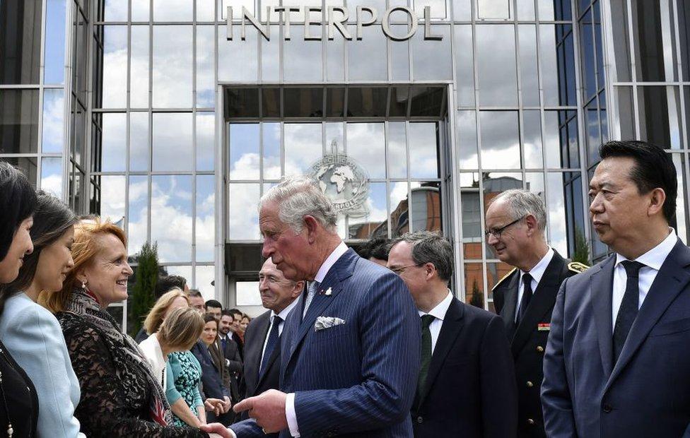 Meng Hongwei y el Príncipe Carlos de Inglaterra durante su visita a la sede de Interpol en mayo de 2018.