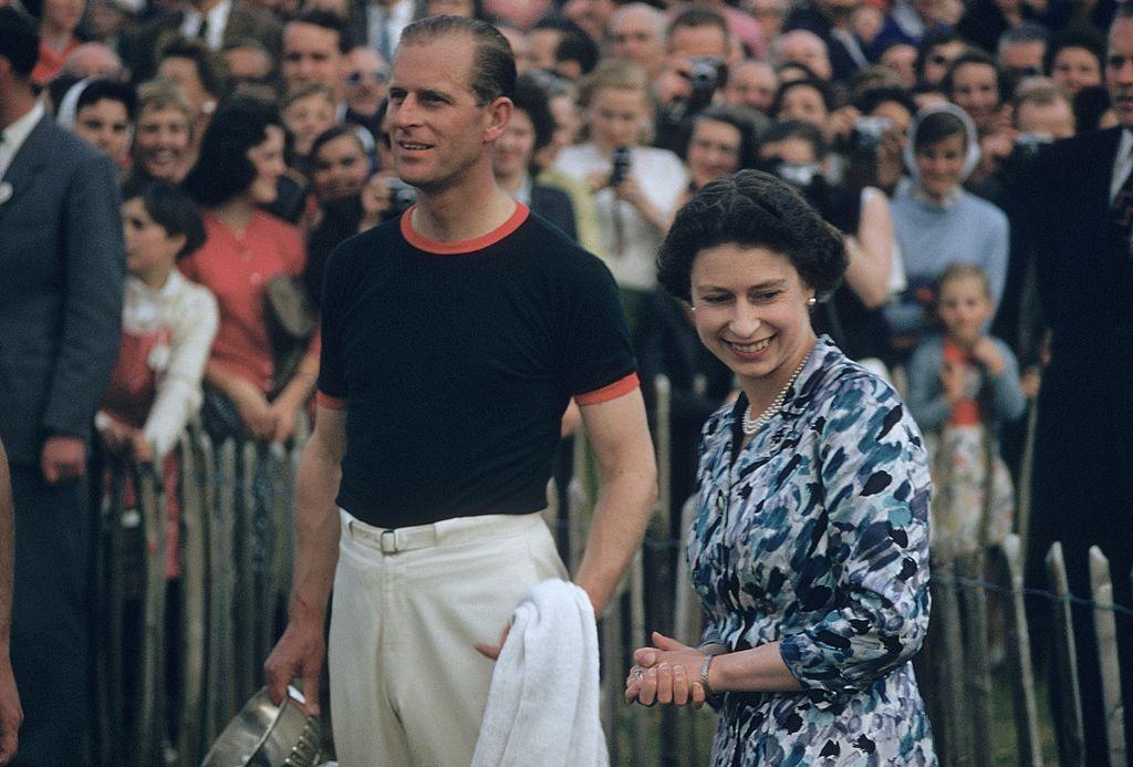 La pareja real durante el torneo de polo Windsor que ganó el equipo del príncipe Felipe en 1955.