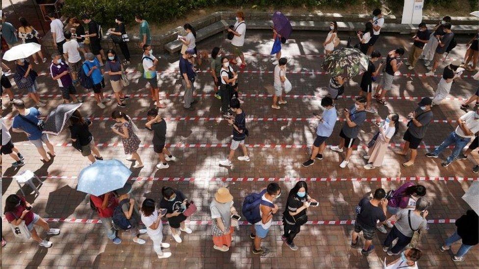 香港民主派早前舉行初選,被建制陣營批評是令疫情加劇的原因,但港府衛生官員並沒有指明有初選相關群組。