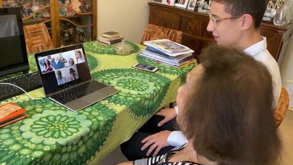 Lily e o bisneto Dov Forman falam com familiares de soldado via computador