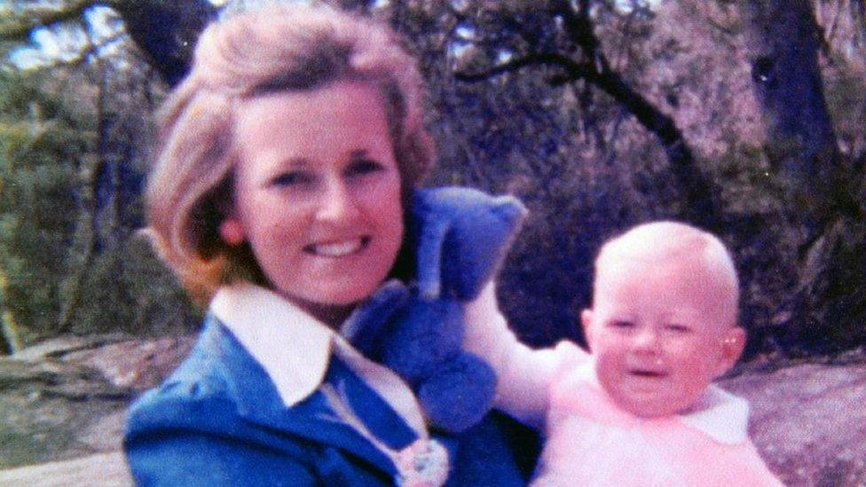 Lynette Dawson con una de sus hijas