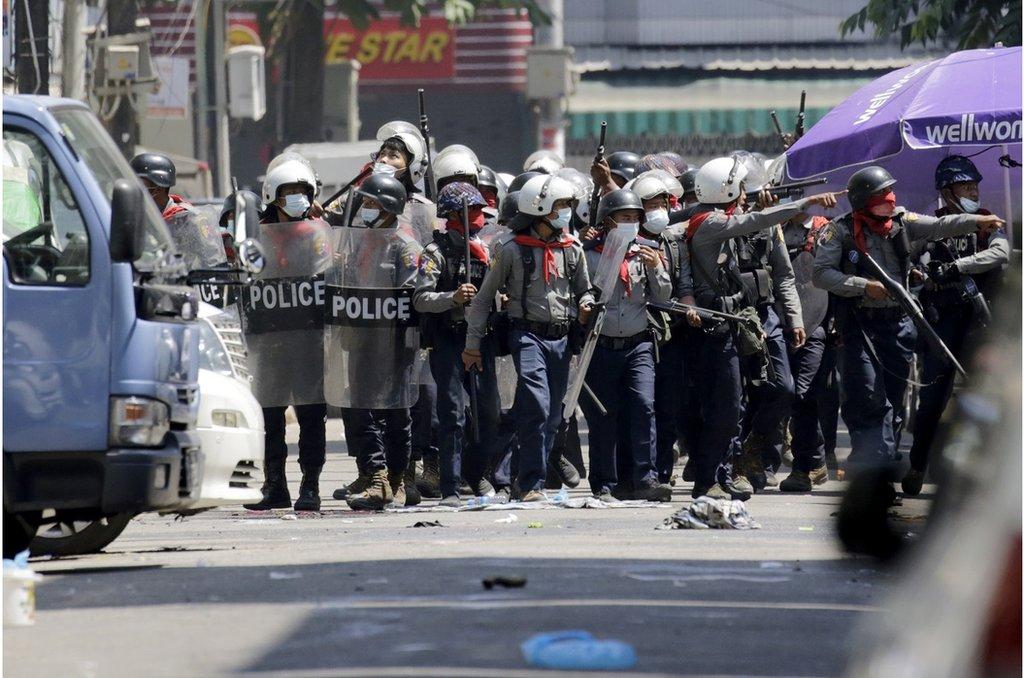 政變領導人周日試圖鎮壓,警方擴大了行動範圍。