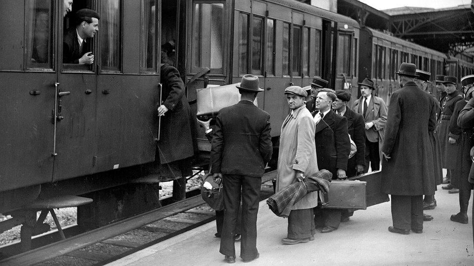Personas abordan un tren