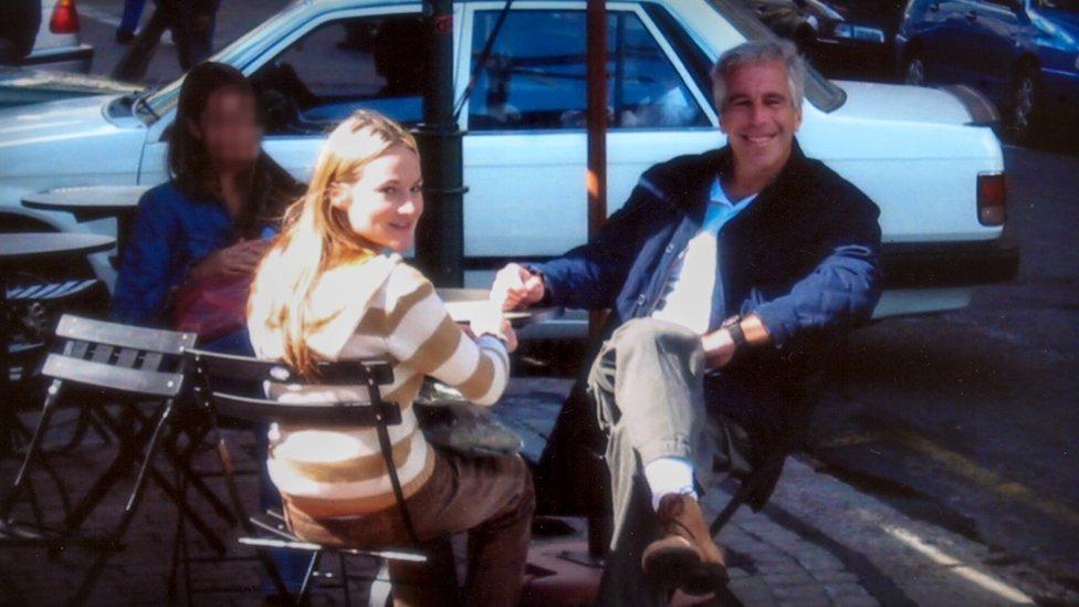 Jeffrey Epstein y dos mujeres en una terraza