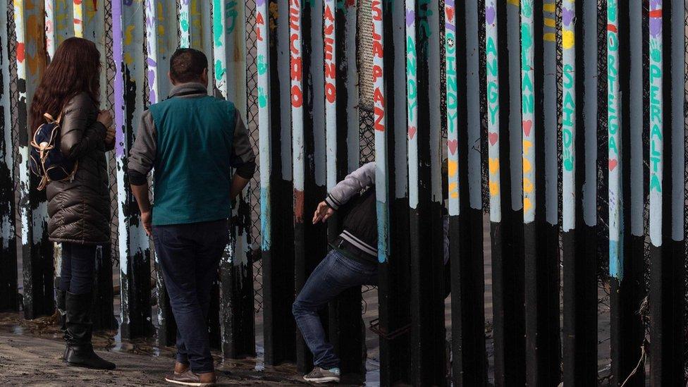 izbeglica prolazi kroz zid