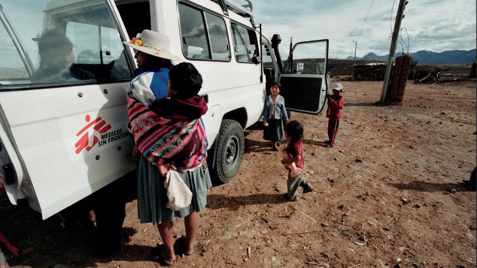 Una mujer hablando con el equipo de Médicos Sin Fronteras