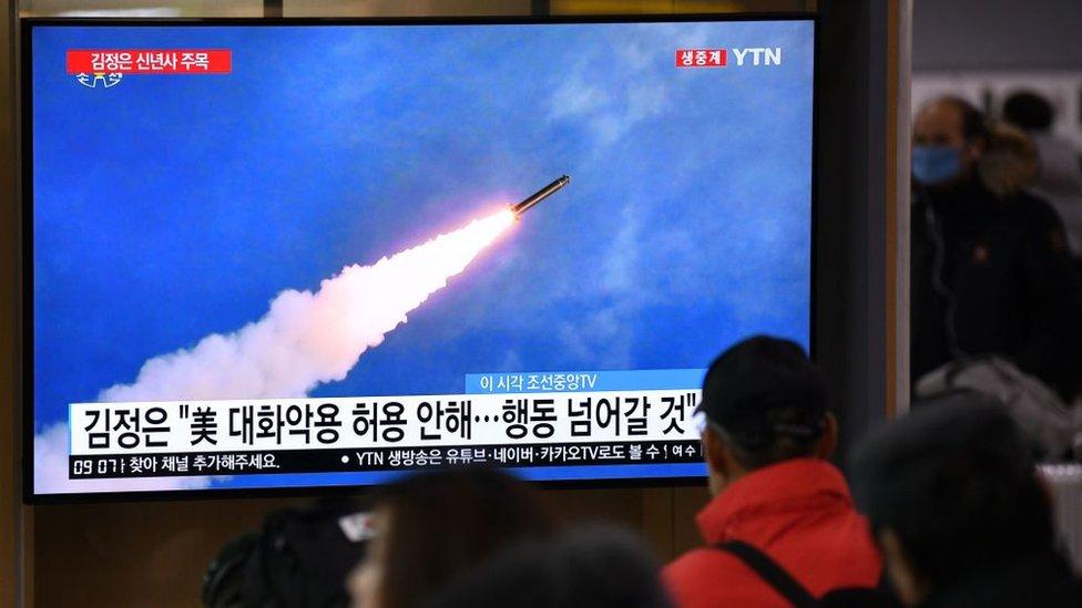 Un grupo de personas en Corea del Sur observan el lanzamiento de un misil norcoreano por televisión.