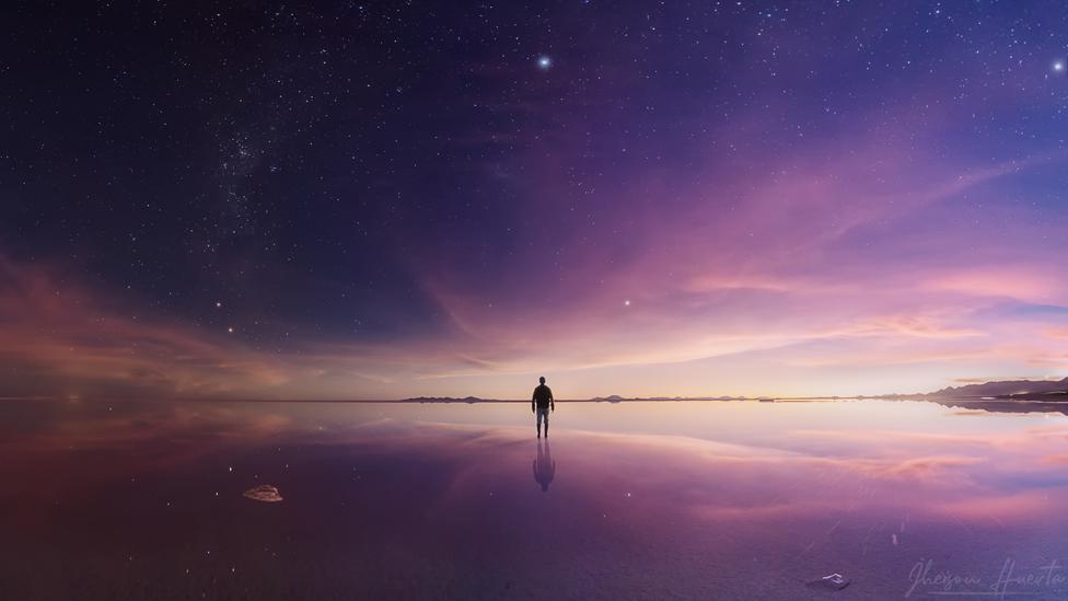 Panorámica crepuscular en el Salar de Uyuni en Bolivia