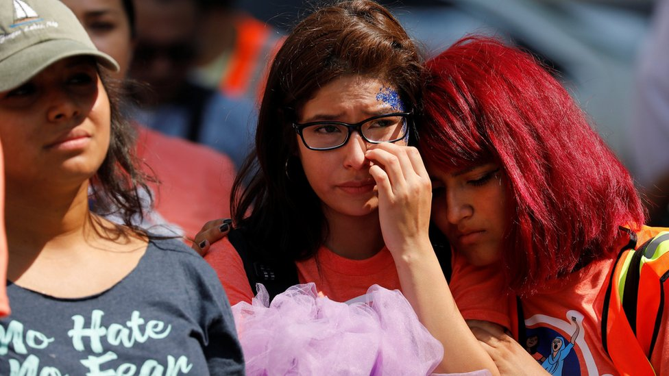Unas adolescentes que protestaron contra el fin de DACA se consuelan