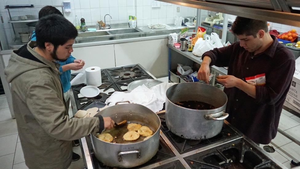 La comisión de cocina de la toma hace sus deberes: bebida sin alcohol y sopaipilla de cena.