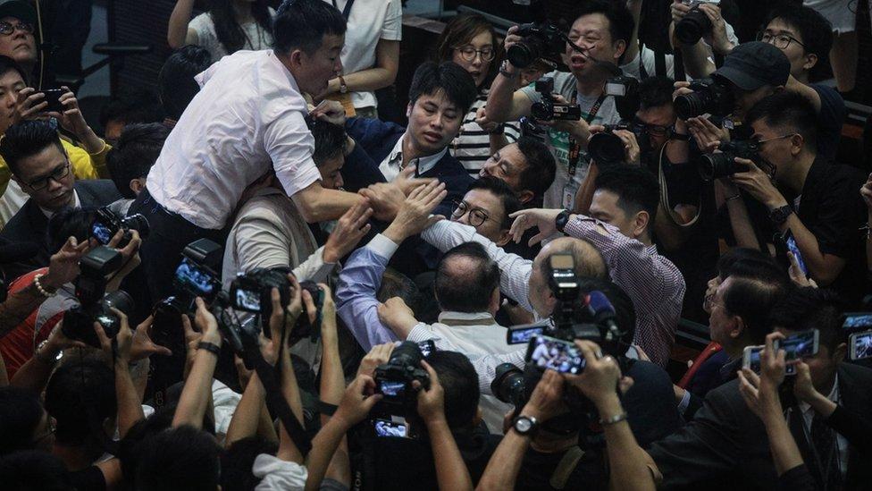 Trifulcas entre los legisladores en Hong Kong