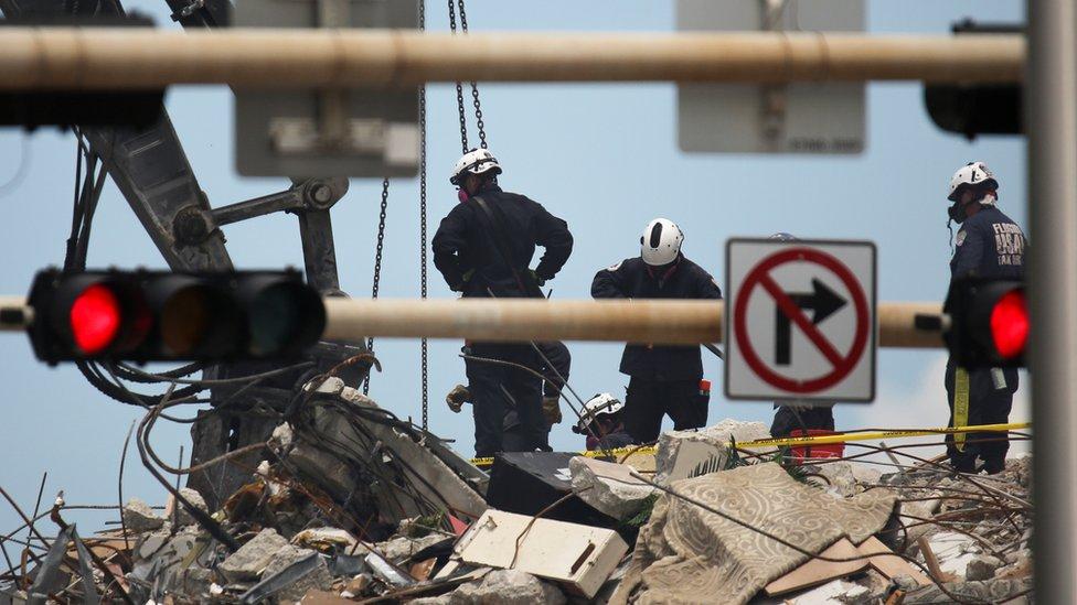 Equipos de rescate en el edificio colapsado en Miami
