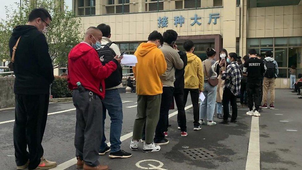 中國東部的義烏市已開始向公眾提供新冠病毒疫苗。BBC記者現場直擊當地數百名居民在社區醫院外排隊,繳錢後便可以注射。
