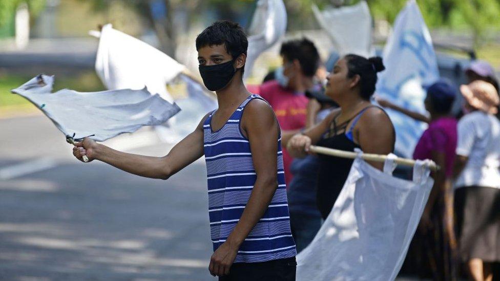 Salvadoreños reclaman la necesidad de comida tras la caída de remesas por las restricciones del coronavirus.