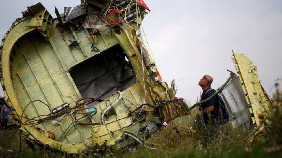 Penyelidik melihat reruntuhan MH17