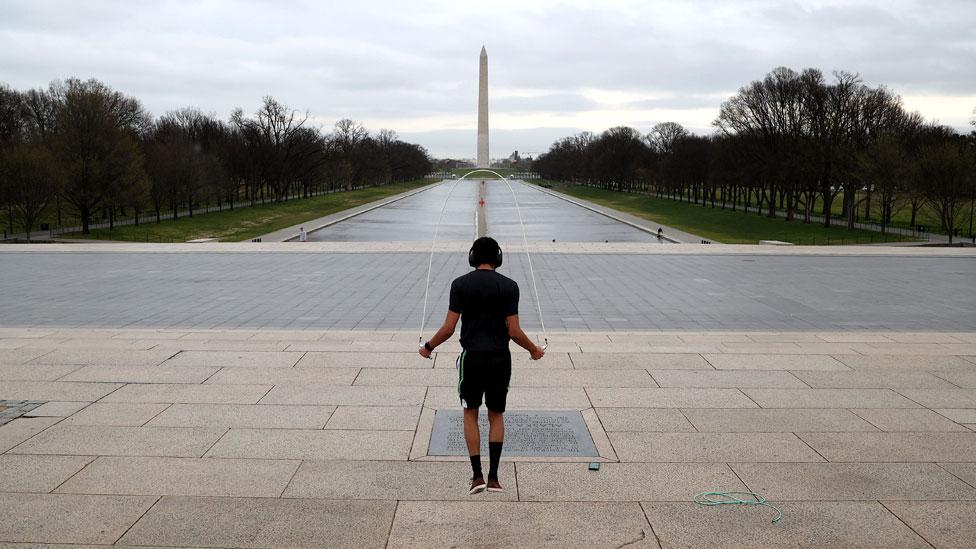Un hombre haciendo ejercicio en Washington