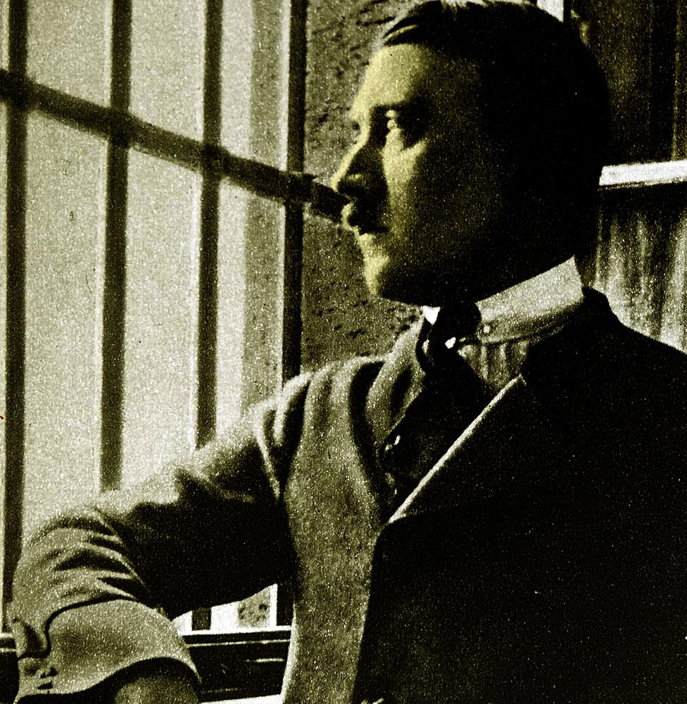 En esta rara fotografía, Adolf Hitler aparece en su celda en la prisión de Landsberg,