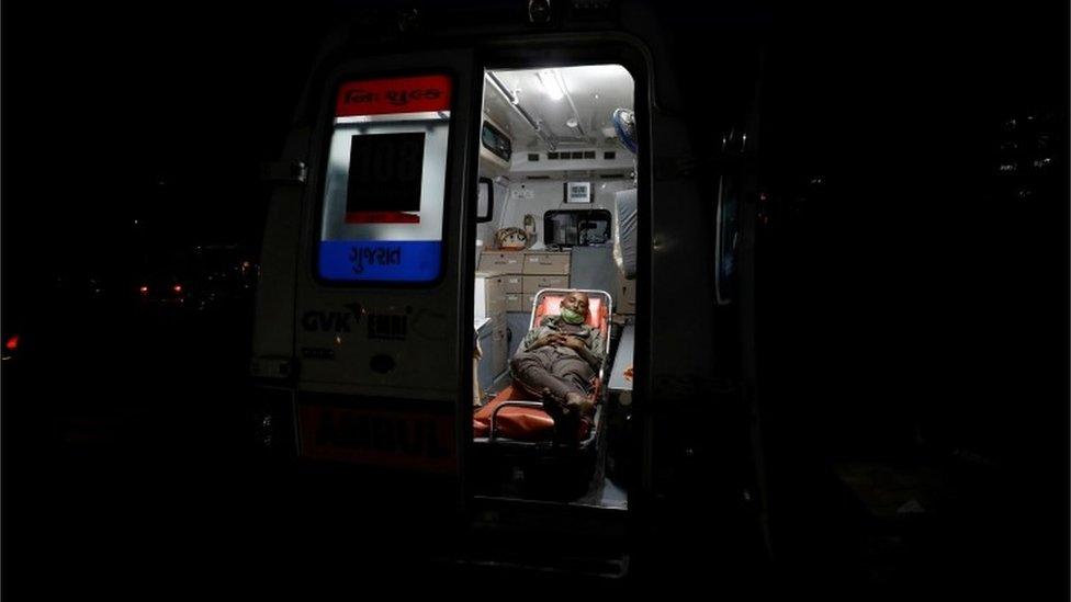 مريض داخل سيارة إسعاف
