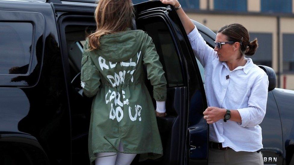 """La primera dama con una chaqueta en la que se lee """"Realmente no me importa, ¿y a ti?""""."""