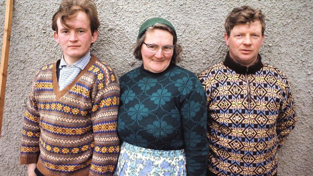 žena i dvojica muškaraca na fotografiji iz 1970.