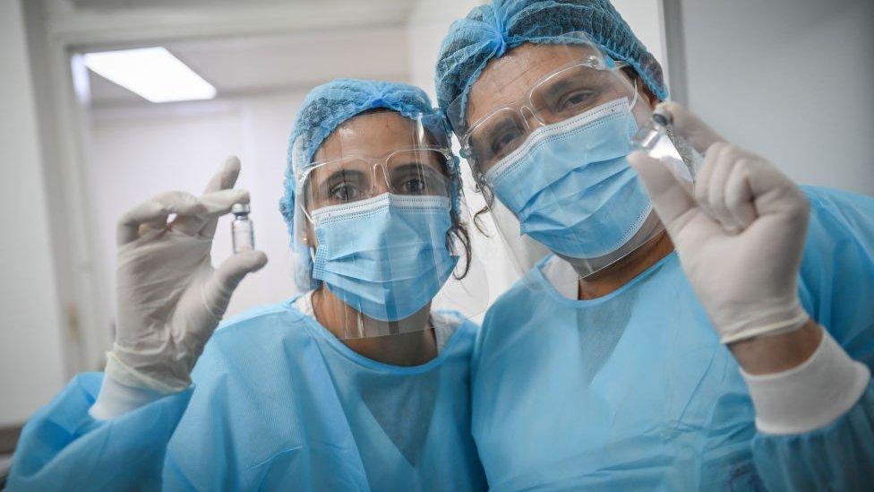 Dos personas del equipo sanitario en Uruguay.