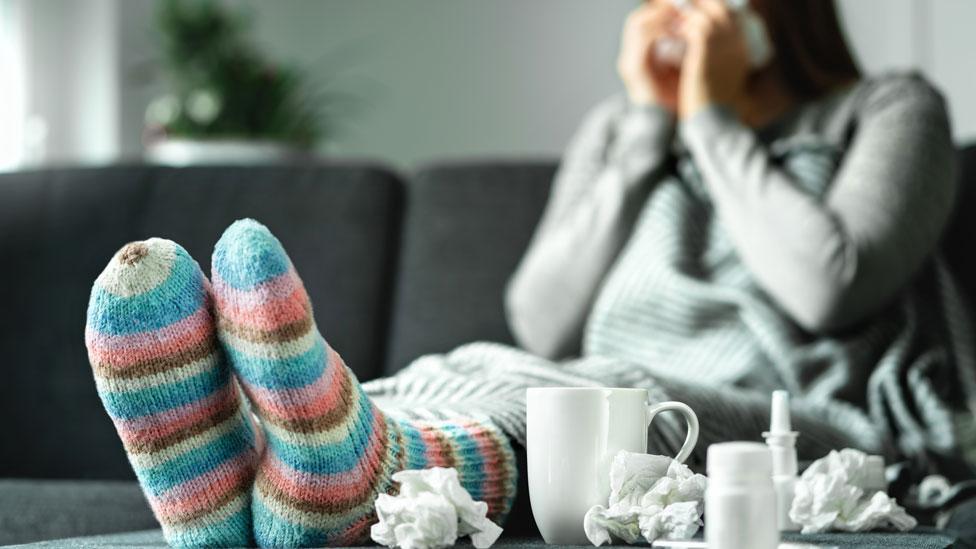 Una mujer con gripe