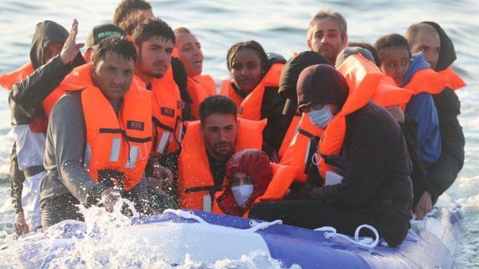 مهاجرون يعبرون القنال الإنجليزي