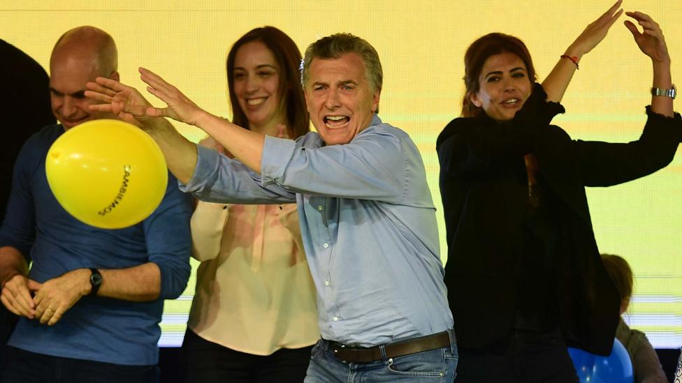 Mauricio Macri bailando cumbia