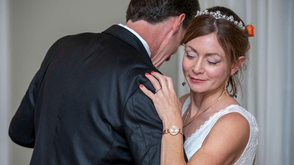 Amanda McCracken bailando con su marido, Dave, el día de su casamiento.
