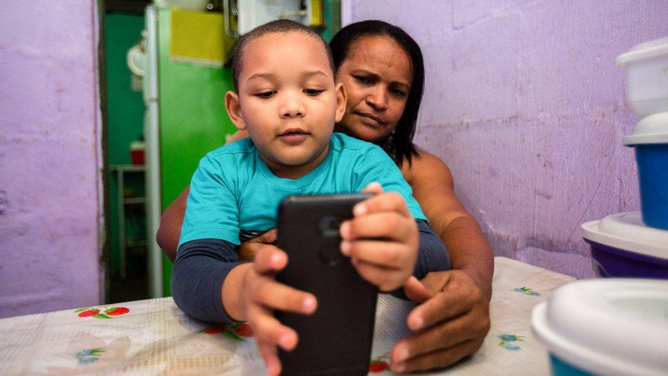 O acesso a aulas online e sessões de terapia são todos pelo celular de Alessandra