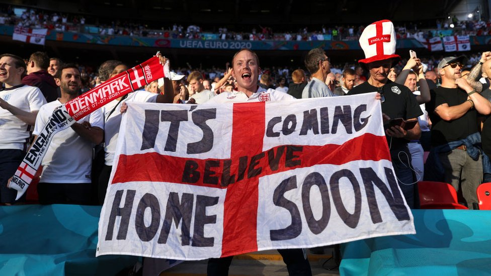 Fanáticos del fútbol inglés en el estadio de Wembley.