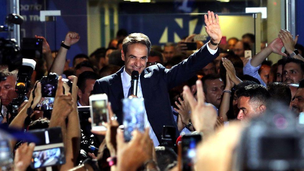ميتسوتاكيس يحيي مؤيديه أمام مقر الحزب
