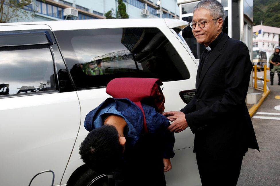 香港壁屋監獄外陳同佳(中)向媒體記者鞠躬道歉(23/10/2019)