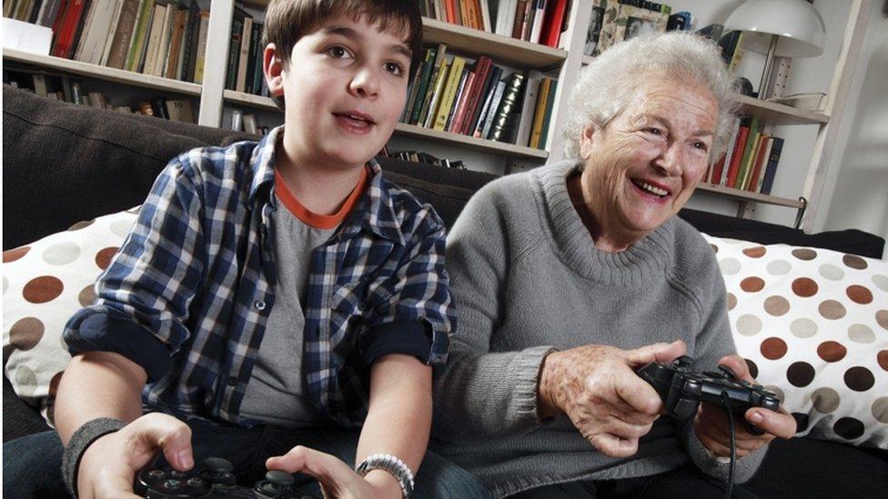 Baka i unuk igraju igrice