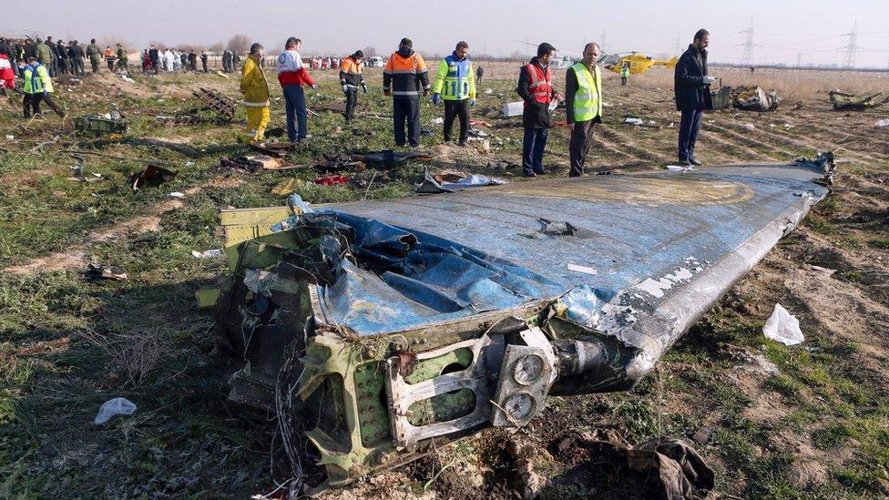 Equipos de rescate inspeccionan los restos del vuelo PS752 de Ukrainian International Airlines