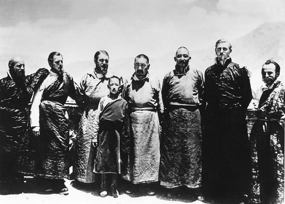 ERNST SCHAFER (1910-1992). Cazador y zoólogo alemán. Schafer (tercero desde la izquierda) en su tercera expedición al Tíbet, esta vez patrocinada por la organización SS Ahnenerbe. Fotografiado en Shigatze, Tíbet, 1939