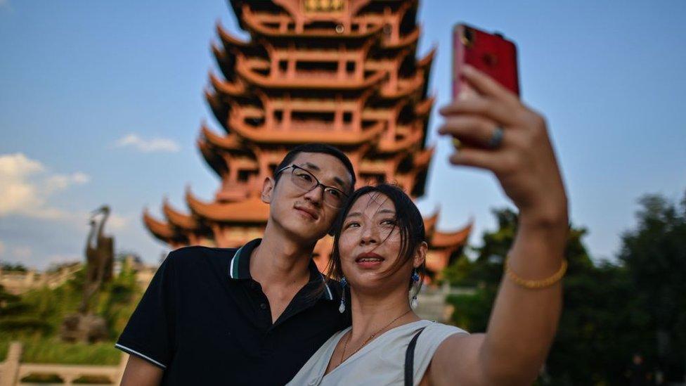 Casal fazendo selfie com a torre