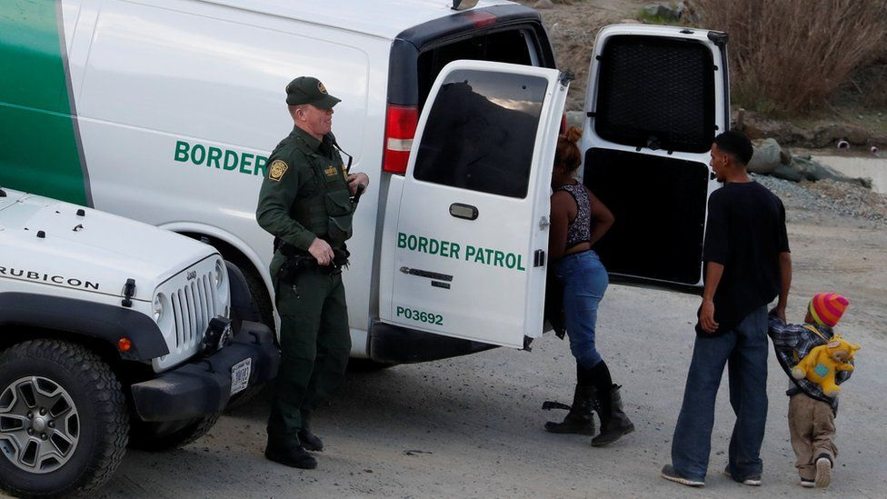 Agentes de la Patrulla Fronteriza con una familia migrante.