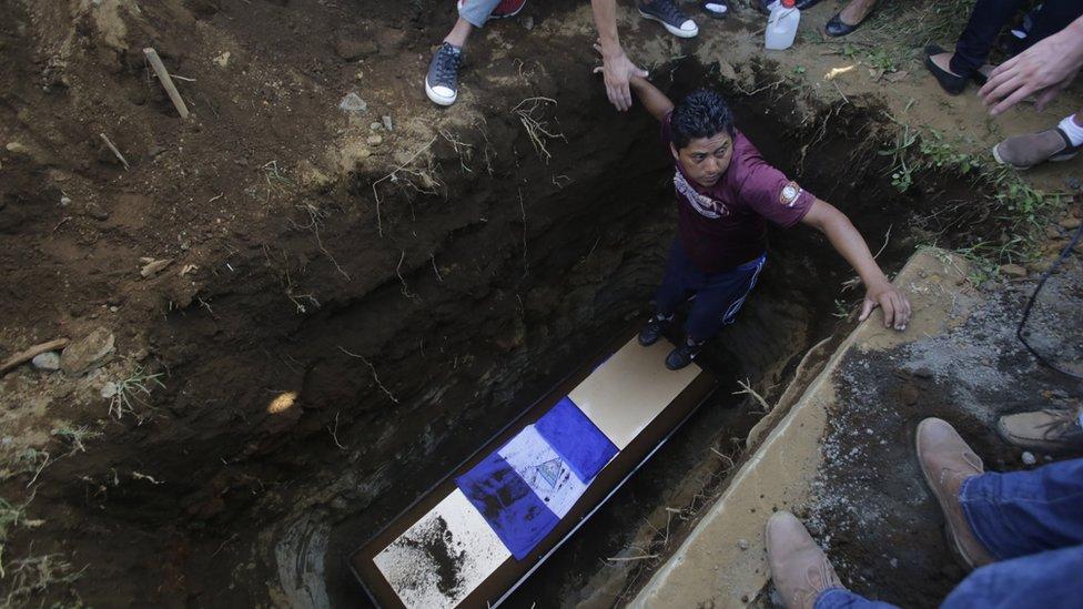 Hombre entierra a una víctima de las protestas en Nicaragua