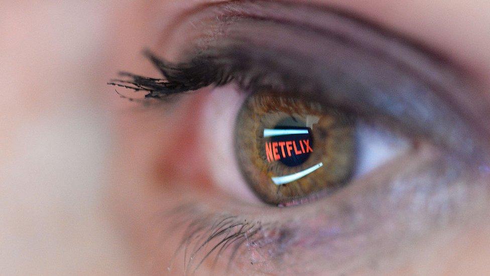 Persona viendo Netflix
