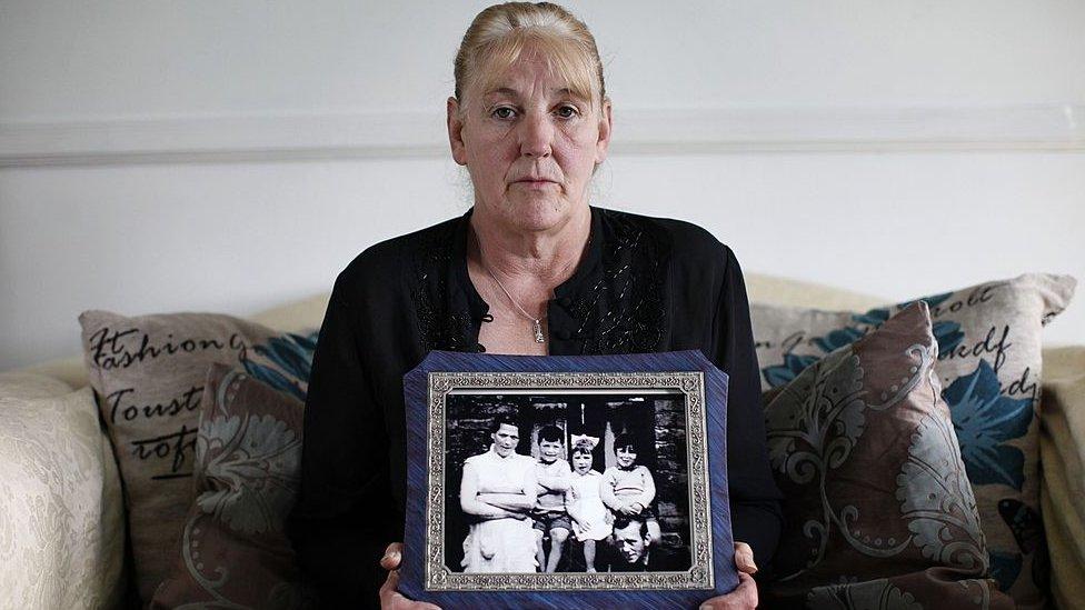 La hija mayor de Jean McConville, Helen, con una foto de su madre en la también aparece ella y algunos de sus hermanos.