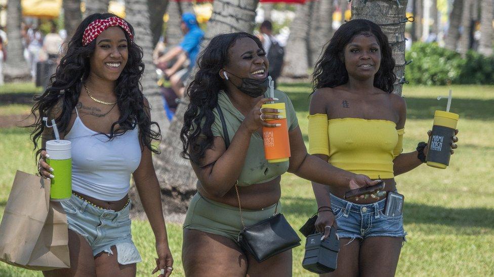 Chicas con bebidas en Miami Beach