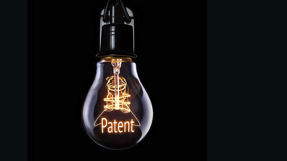 """Bombilla con la palabra """"Patente"""" en ella."""