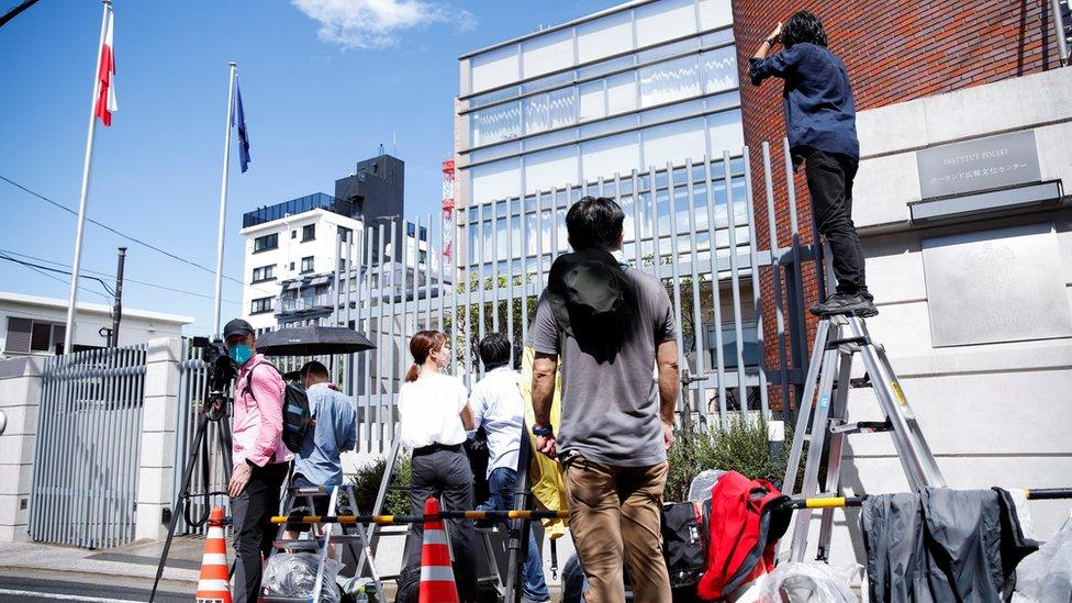 媒體記者在波蘭駐日本大使館外守候採訪(3/8/2021)