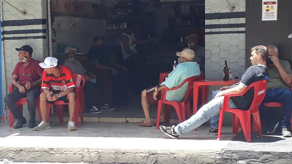 Homens reunidos em bar