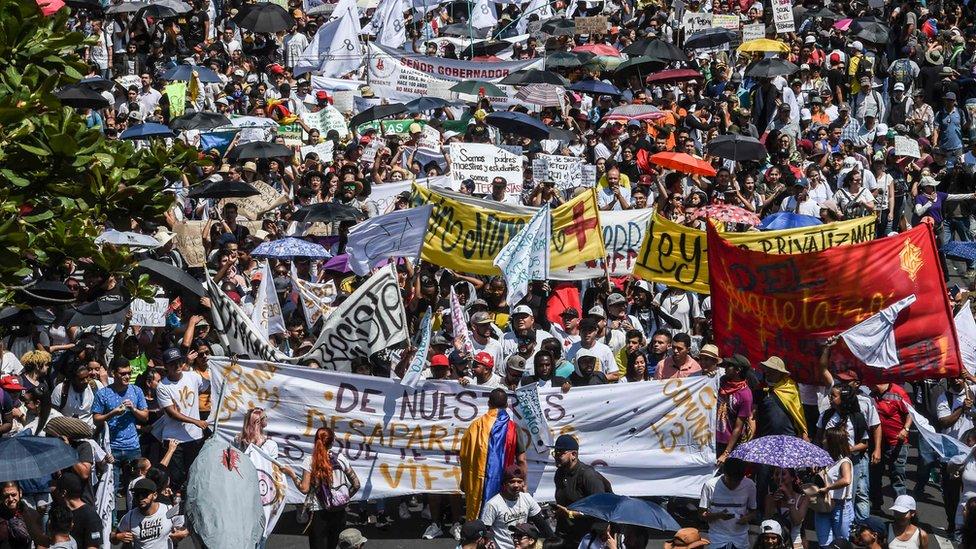 Ulusal Grev barışçıl gösterilerle başlamıştı. Medellin şehrinde sendikalar meydanlara çıktı.