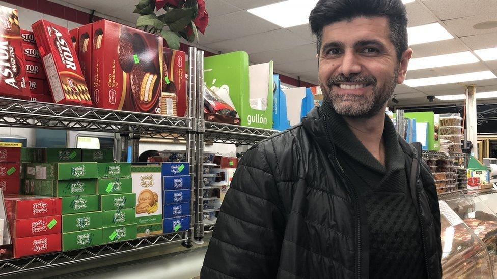 Todd Khodadadi es dueño de una tienda de víveres y productos iraníes.